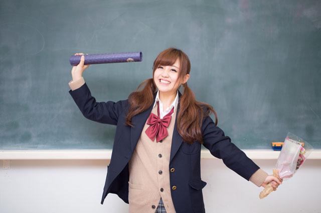 卒業証書を持った女子生徒