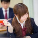 授業を受ける女子高生の写真