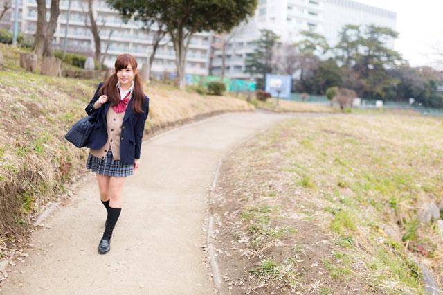 通学する女学生の写真