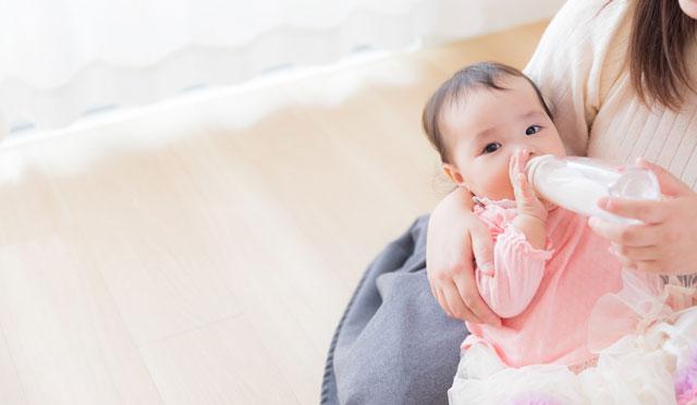 赤ちゃん育児中の母親の写真